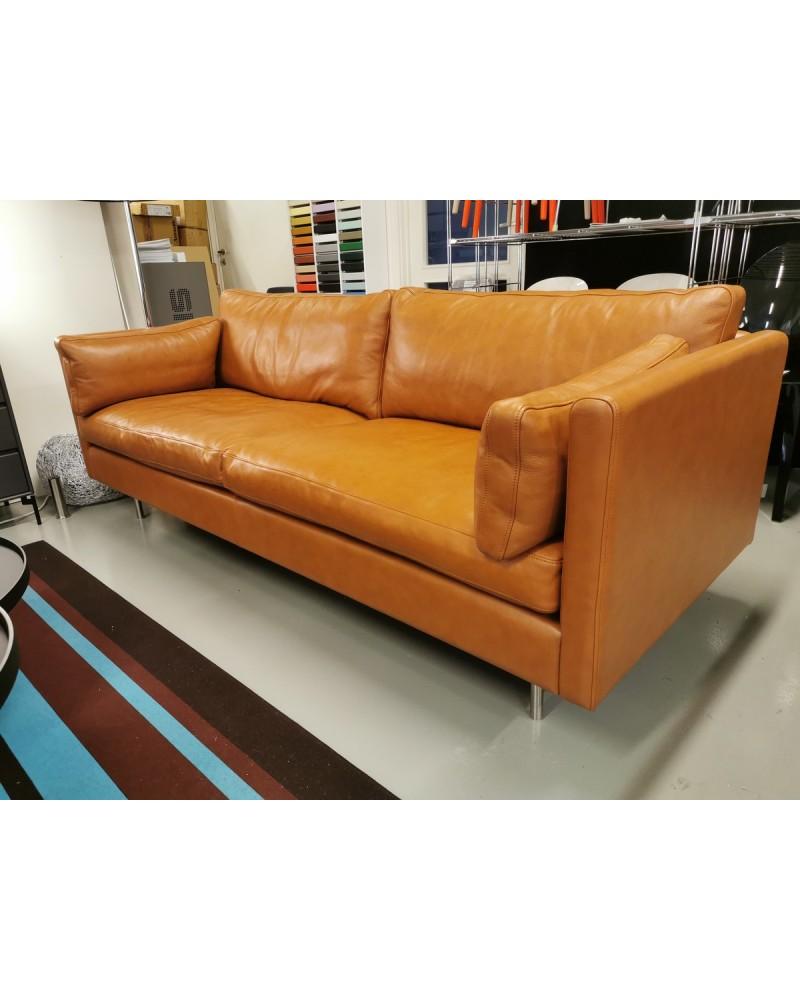 Nova 1 sofa i cognac-farget lær fra utstilling